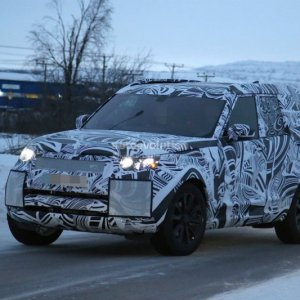 2017 land rover discovery camouflages even better during winter testing 1